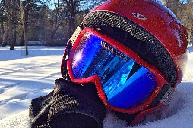 casque-de-ski-et-lunettes-de-ski